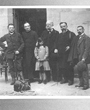 Recto: Foto vom 11. April 1911. Hugo Obermaier in Torrelavega mit Henri Breuil, Emile Cartailhac, Marcelin Boule, Hermilio Alcalde del Río und dessen Tochter Clotilde. Verbleib: Archiv der Hugo Obermaier-Gesellschaft, Erlangen.