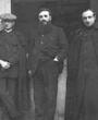 Recto: Foto vom Februar 1912: Hugo Obermaier in Le Bouscat (Bordeaux) mit Gustav Lalanne und Henri Breuil. Verbleib: Archiv der Hugo Obermaier-Gesellschaft, Erlangen.