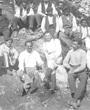 Recto: Ende April bis Ende Juli 1913: Gruppenfoto während der Ausgabung in El Castillo. Hugo Obermaier und Paul Wernert umgeben von der Grabungsmannschaft. Verbleib: Archiv der Hugo Obermaier-Gesellschaft, Erlangen.