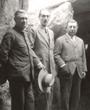 Recto: Foto von Hugo Obermaier im Dolmen de Soto 1923.Verso: Dolmen de Soto 1923: Obermaier – Herzog von Alba – Soto.Verbleib: Archiv der Hugo Obermaier-Gesellschaft, Erlangen.