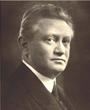 Recto: Porträtfoto von Hugo Obermaier 1927. Beschriftet: Zur freundschaftlichen Erinnerung H. Obermaier. Madrid 1927 – 1930. Verbleib: Archiv der Hugo Obermaier-Gesellschaft, Erlangen.
