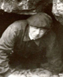 Recto: Hugo Obermaier beim Verlassen der Cueva de Estalactitas bei Altamira. Verso: unbeschriftet.Verbleib: Archiv der Hugo Obermaier-Gesellschaft, Erlangen.