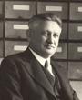 Recto: Hugo Obermaier vor Karteikästen sitzend.Verso: Brünn 1931. Verbleib: Archiv der Hugo Obermaier-Gesellschaft, Erlangen.