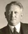 Recto: Portrait von Hugo Obermaier. Das Photo ist undatiert, scheint aber in Brünn 1931 aufgenommen worden zu sein. Verso: unbeschriftet. Verbleib: Archiv der Hugo Obermaier-Gesellschaft, Erlangen.