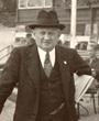 Recto: Hugo Obermaier 1936 vor dem Holmenkollen-Hotel in Oslo stehend.Verbleib: Archiv der Hugo Obermaier-Gesellschaft, Erlangen.