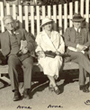 Recto: Hugo Obermaier 1936 in Oslo auf einer Bank neben zwei Personen (Arne und Arne) sitzend.Verbleib: Archiv der Hugo Obermaier-Gesellschaft, Erlangen.