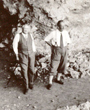 Recto: Hugo Obermaier im September 1937 in Veringenstadt (Baden-Württemberg).Verso: Veringenstadt (Hohenzollern), September 1937. Fotolabor: Claris Kremer, Sigmaringen.Verbleib: Archiv der Hugo Obermaier-Gesellschaft, Erlangen.