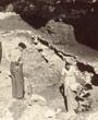 Recto: Hugo Obermaier 1938 in der Grotta Romanelli (Italien). Verso: Romanelli 1938. Verbleib: Archiv der Hugo Obermaier-Gesellschaft, Erlangen.